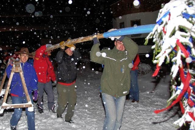 Narrenbaumstellen im dichten Schneetreiben