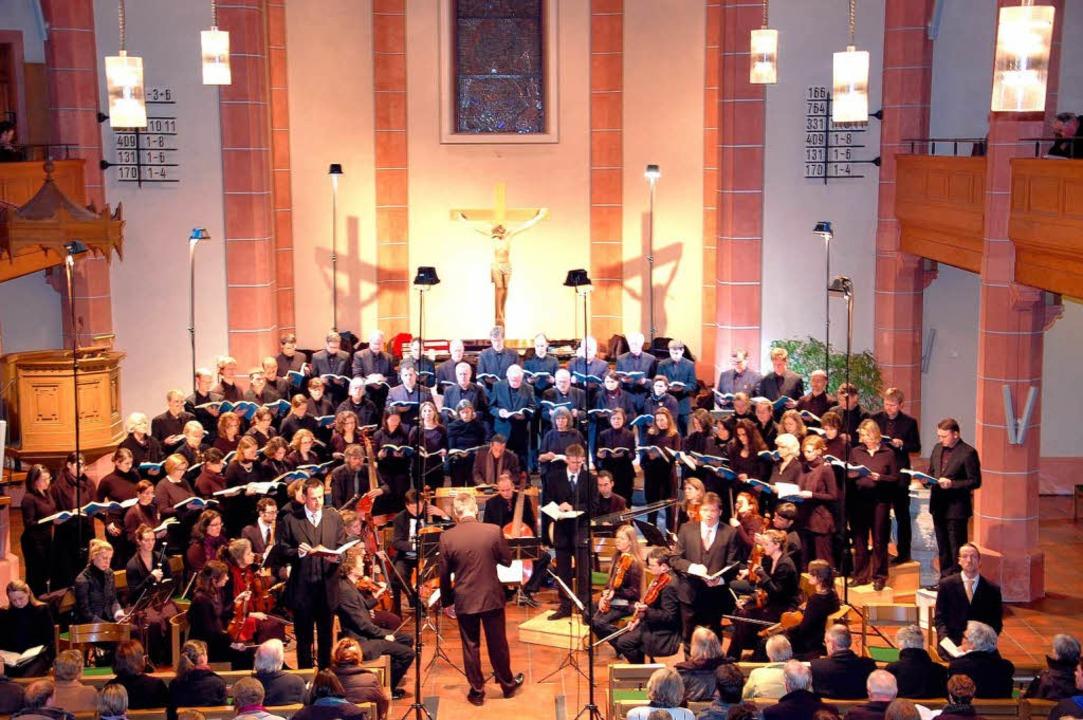 Der Freiburger Kammerchor mit dem Baro... in der evangelischen Kirche Ihringen.  | Foto: Kai Kricheldorff