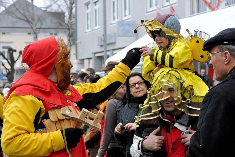 """Ein Bernauer """"Schniidesl"""" trifft am Straßenrand auf ein furchtloses kleines Bienchen (Foto: Volker Münch)"""