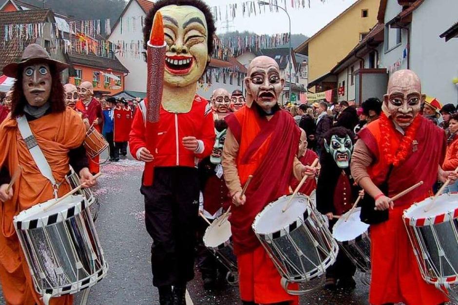 Rund 10 000 Zuschauer nahmen die Parade der 3500 Hästräger in Schwörstadt ab. (Foto: Hildegard Siebold)