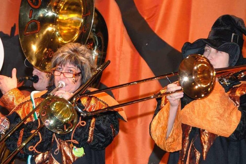 """Laustarkes Heimspiel: Die """"Gsoddini 13"""" bei der Hallenfasnet. (Foto: Roland Vitt)"""