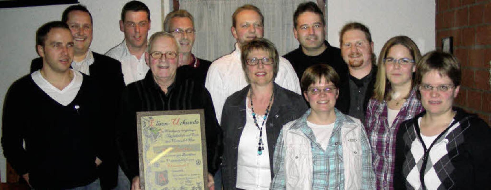 Langjährige aktive Mitglieder des SV G...nde) wurde zum Ehrenmitglied ernannt.   | Foto: ario schöneberg