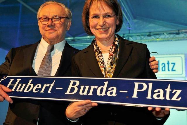 Der Kestendamm heißt ab sofort Hubert-Burda-Platz