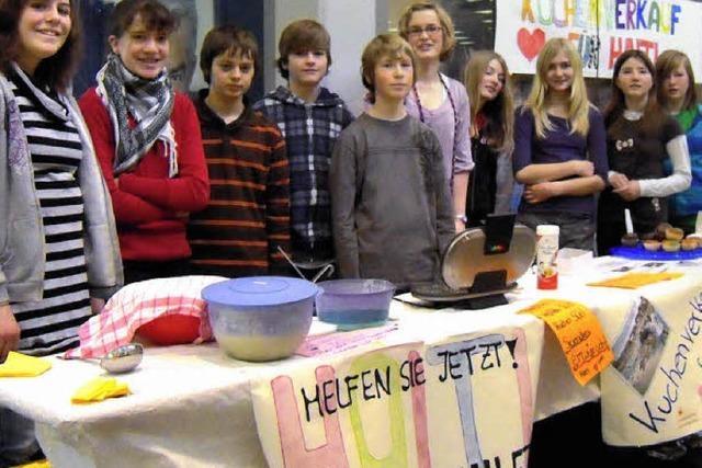 Kinder helfen mit Kuchen