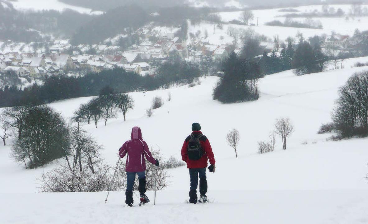 Auf Schneeschuhen über  Wacholderweide...üchterin Rita Goller ihre Gehege hat.   | Foto: Rolf Müller