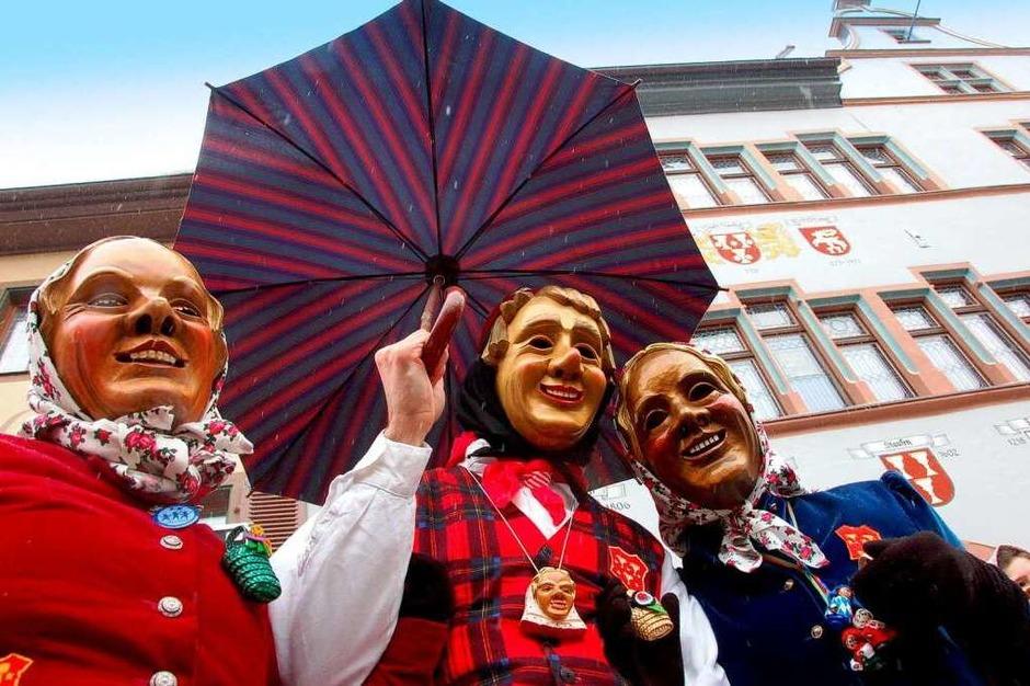 Die Schelmenzunft feiert ihr 75-jähriges Bestehen. Zum Fasnetauftakt zog ein Großaufgebot an Schelmen, Schnurrewiebern und Mittwochern auf den Marktplatz. (Foto: Markus Donner)