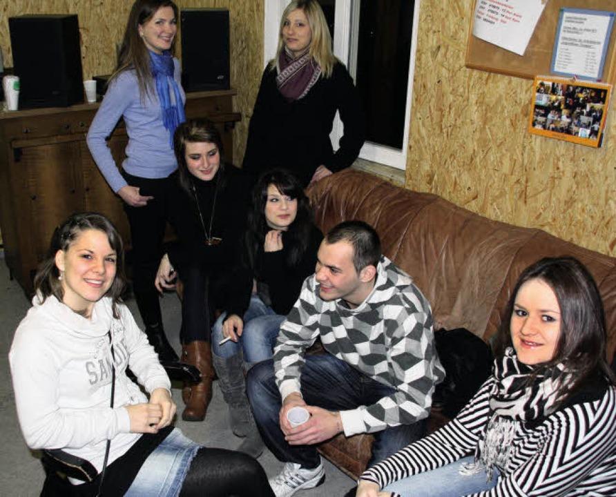 Kateryne Frolava (hinten links im blau...äßig im Tiengener Jugendhaus treffen.   | Foto: Silvia Faller