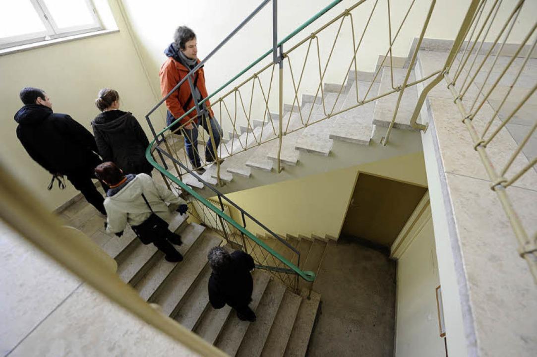 Nur ein Treppenhaus gibt es für die vi...noch höchstens 15 Menschen aufhalten.   | Foto: Ingo Schneider