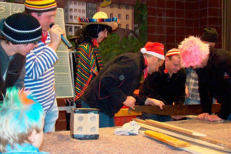 Lustige Spiele bei der Wagenbauer-Party des Musikvereins am Samstagabend in der Schwarzwaldhalle (Foto: Chris Seifried)