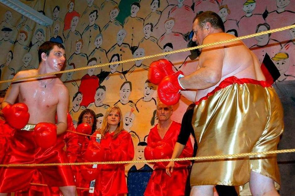 Heiß her ging es beim Boxkampf des Gesangvereins, aus dem Schwergewichtler Heinz Meyer (rechts) siegreich hervorging. (Foto: Hildegard Siebold)