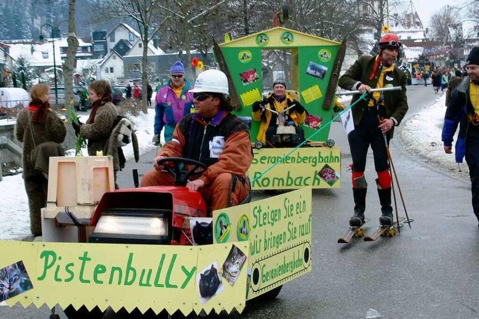 Straßenumzug in Glottertal: Pistenbully mit Skifahrer (Foto: Claudia Warth)