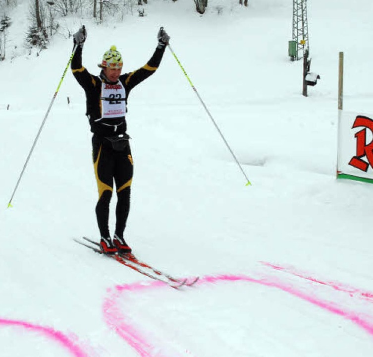 Tobias Bach erreicht als Erster das Ziel in Belchen-Multen  | Foto: Ruoff