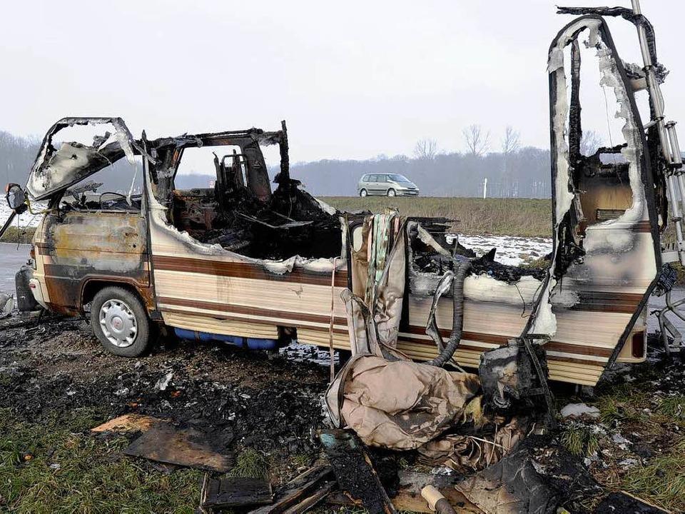 Ein Bus, in dem käufliche Liebe angebo... am Autobahnzubringer Süd ausgebrannt.  | Foto: Ingo Schneider