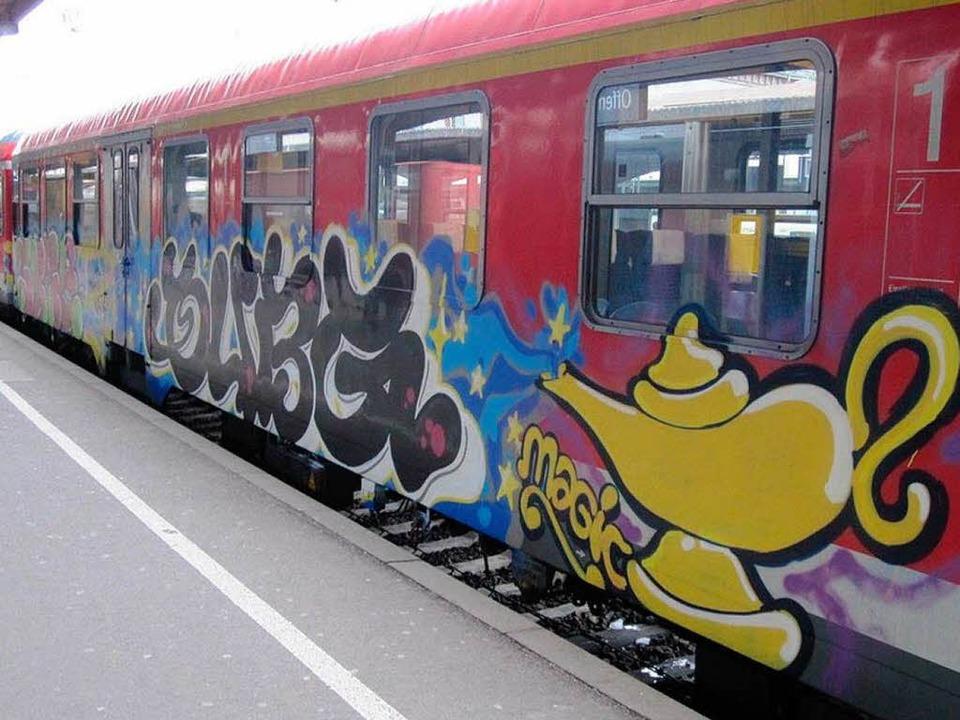 Die besprühten Bahnwaggons.  | Foto: Polizei