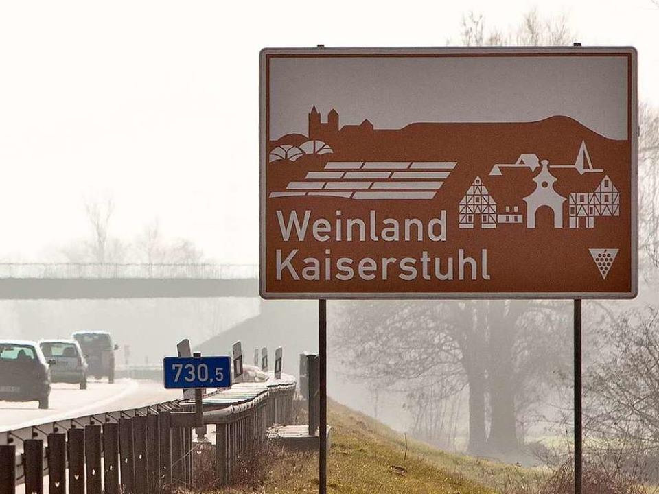 Was  für den Kaiserstuhl recht ist, mu...nzer:  Hinweisschild an der Autobahn      Foto: Dominic Rock