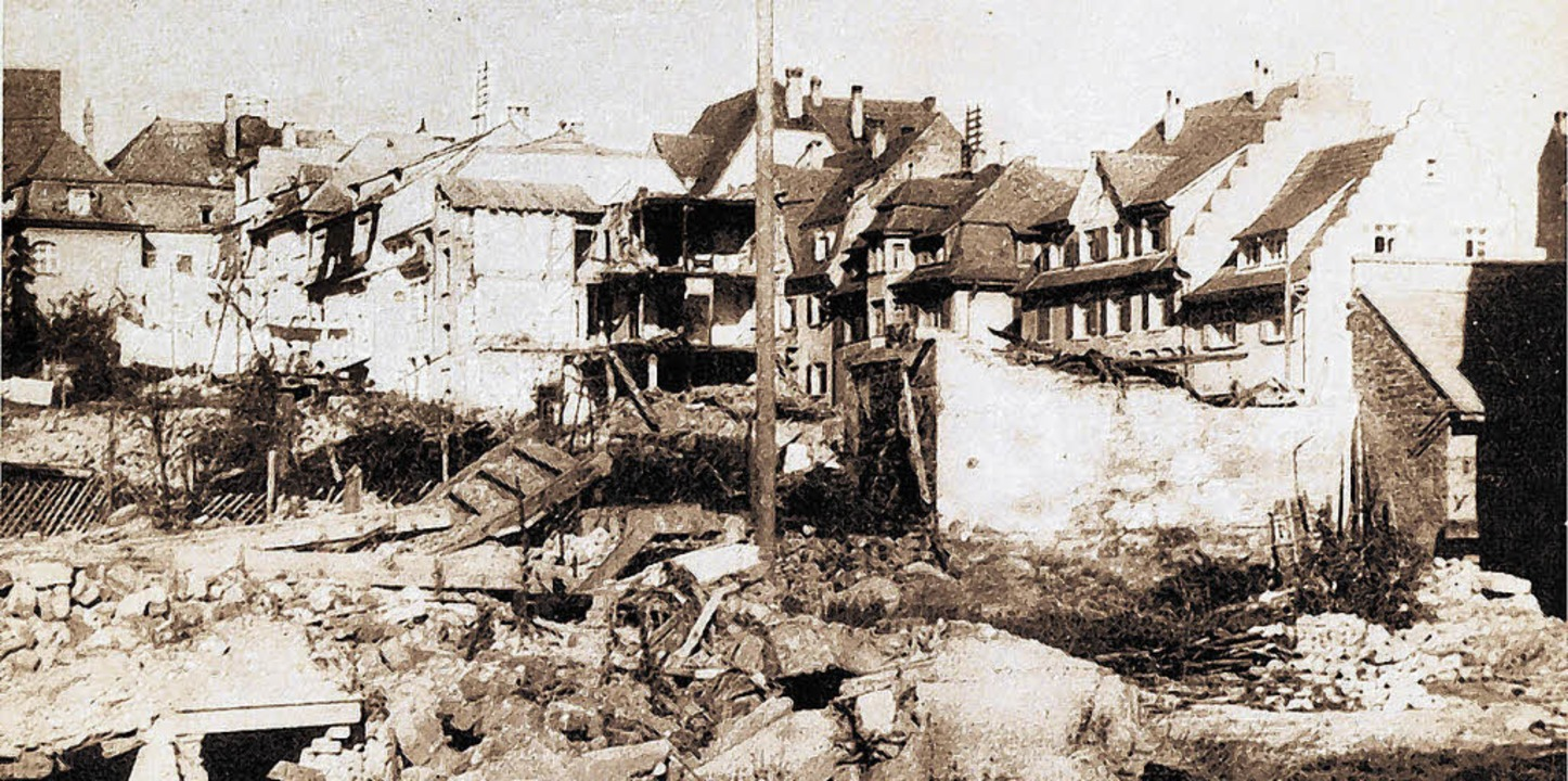 Trümmerhaufen nach Bombenhagel am 22. ...e  die Häuser Gleichauf und Allgaier.     Foto: BZ