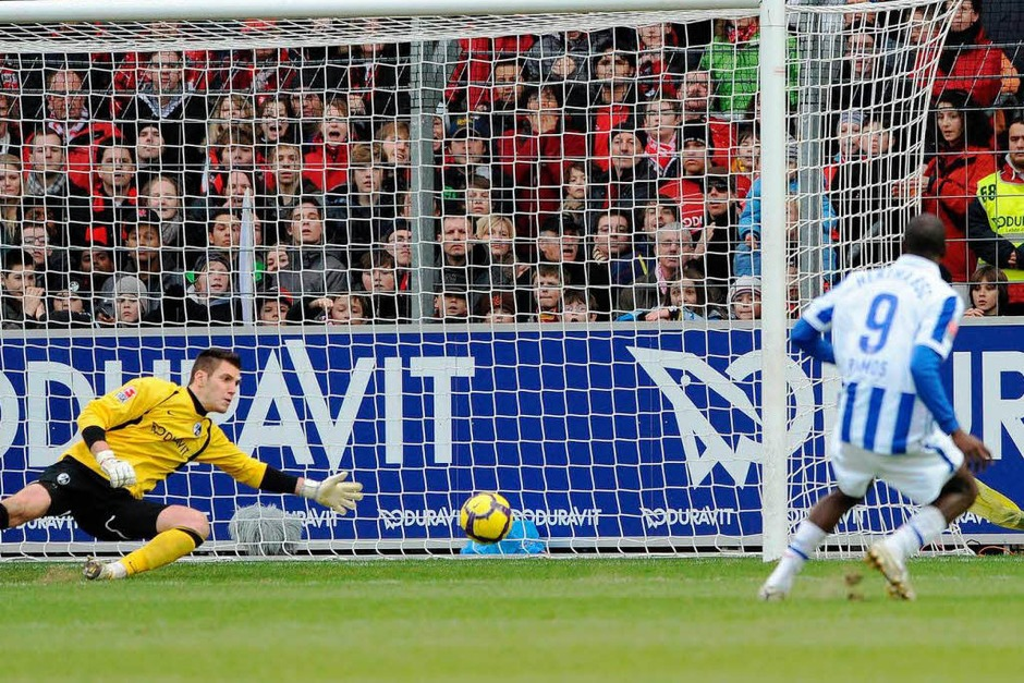 Herthas Adrian Ramos (Kolumbien, r.) schiesst das Tor zum 0:1 gegen Freiburgs Torhueter Simon Pouplin (Foto: ddp)