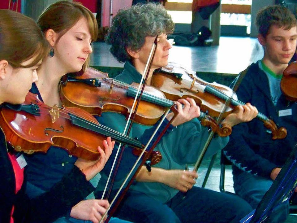 Mitglieder des Freiburger Barockorches...en um die Feinheiten der Musik weiter.  | Foto: Friederike Zimmermann