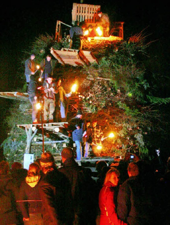 Mit dem traditionellen Fasnachtsfeuer ...auch die Buurefasnacht 2010 ihr Ende.   | Foto: Cremer