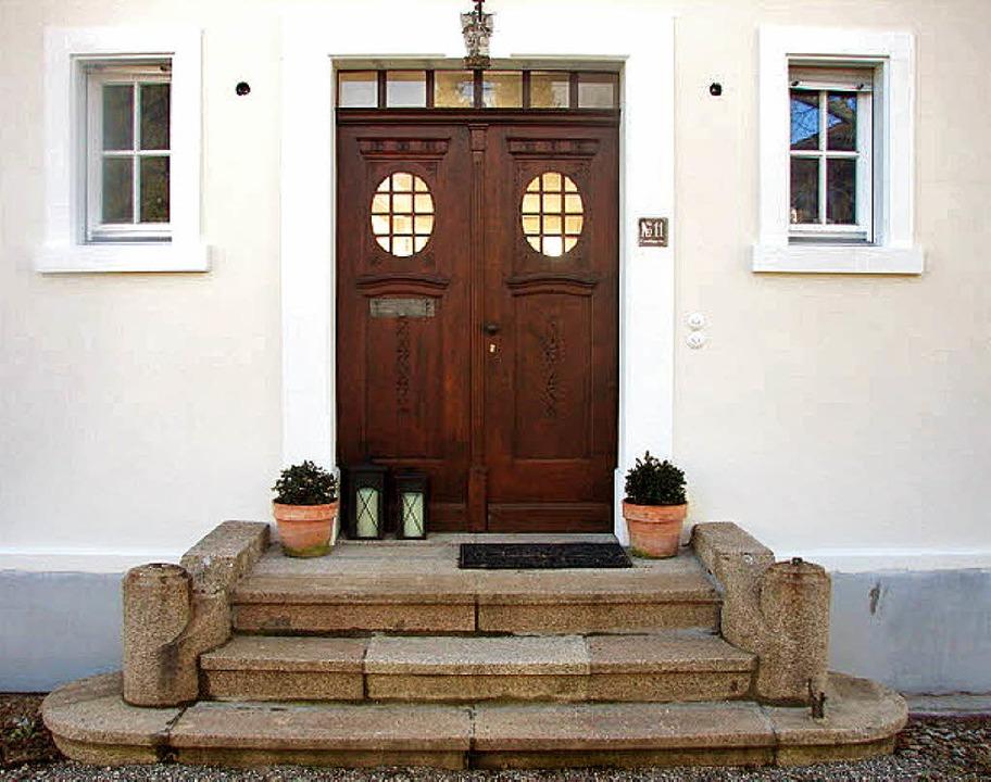 Die Visitenkarte des Hauses:  die Eingangstür und die Granittreppe.  | Foto: privat