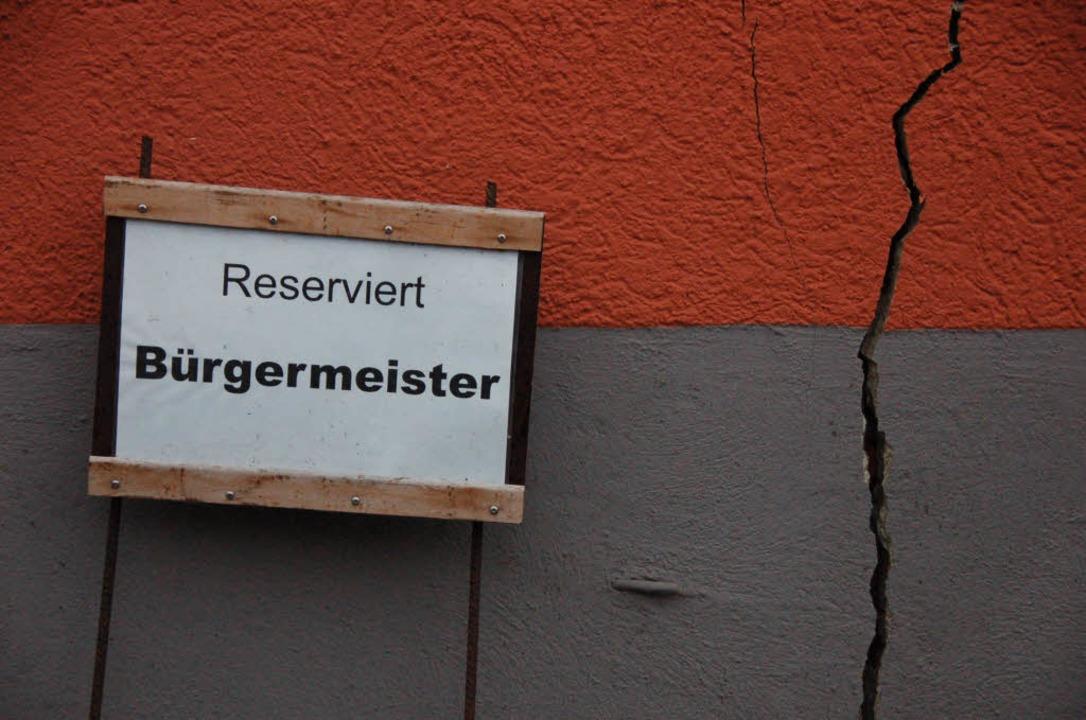 Das Rathaus ist eines von vielen Gebäu...rch die Hebungen Risse bekommen haben.  | Foto: Markus Donner