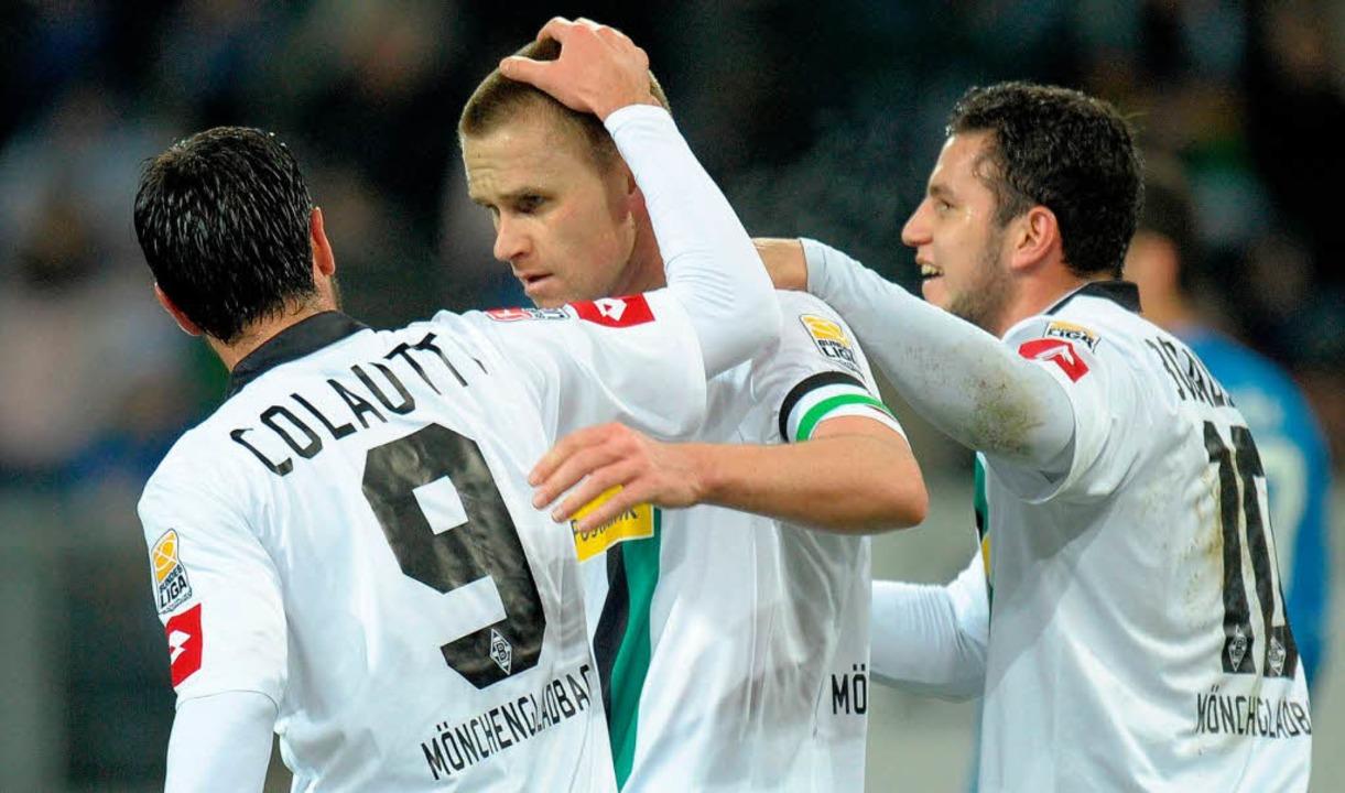 So freuen sich die Borussen über ein T...uch am Samstag gegen den SC Freiburg?   | Foto: dpa