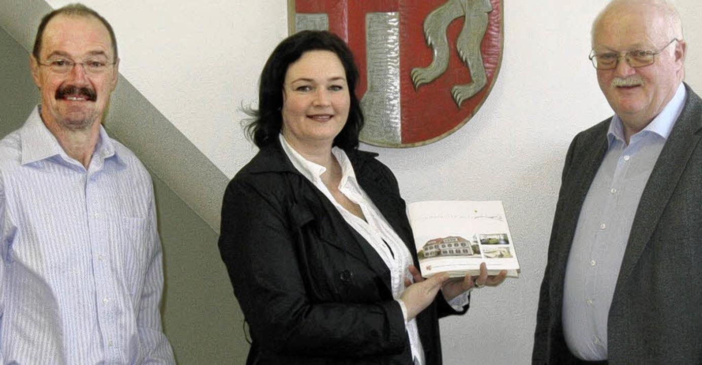 Im  Rathaus stellten Hauptamtsleiter H...ügele die   neue March-Broschüre vor.   | Foto: privat
