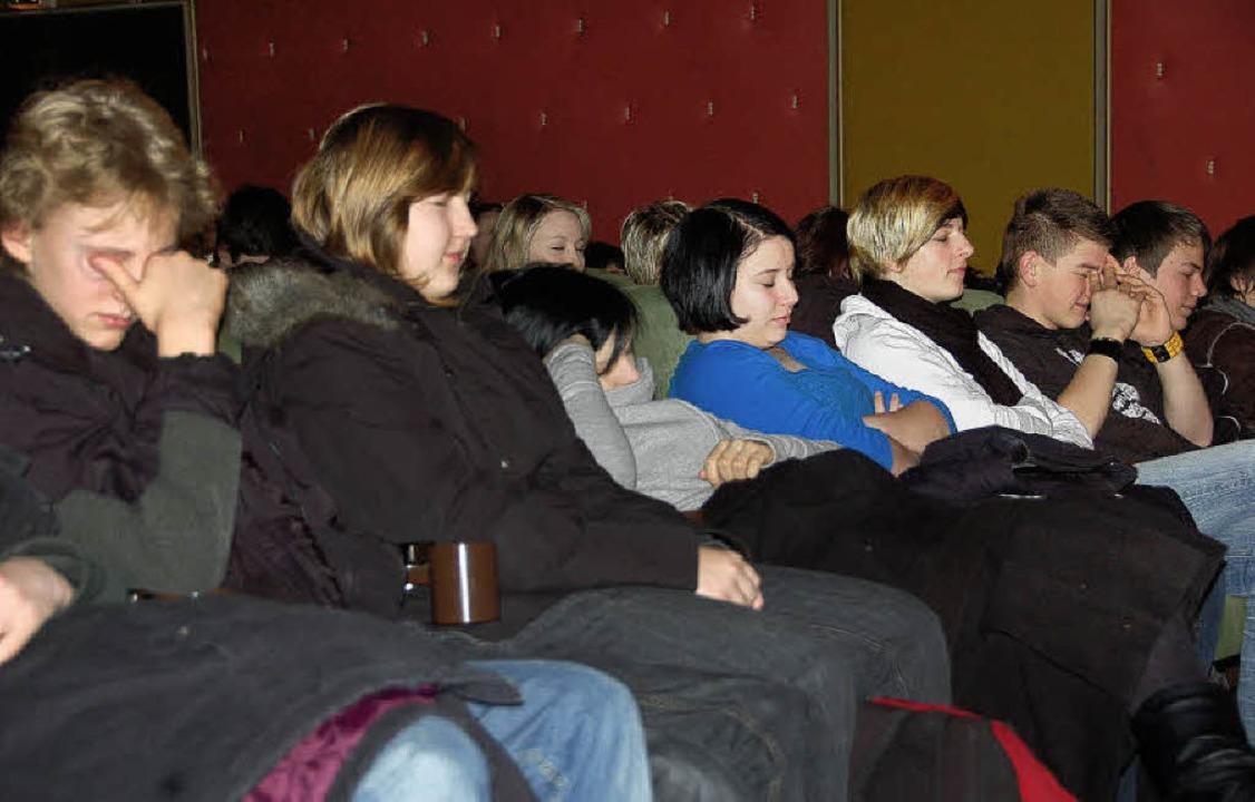 Schüler schlafend im Kanderner Kino? N...dächtnistraining von Gregor Staub.      | Foto: langelott