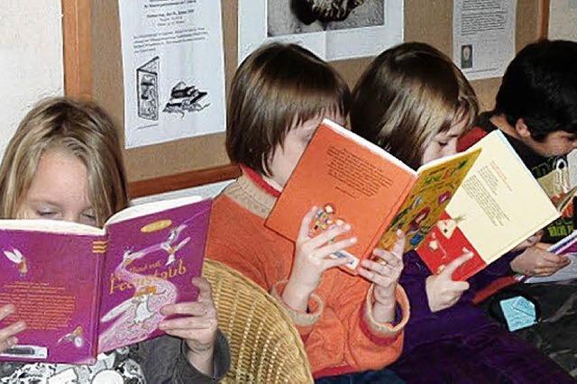 Freude am Stöbern in der Bücherei