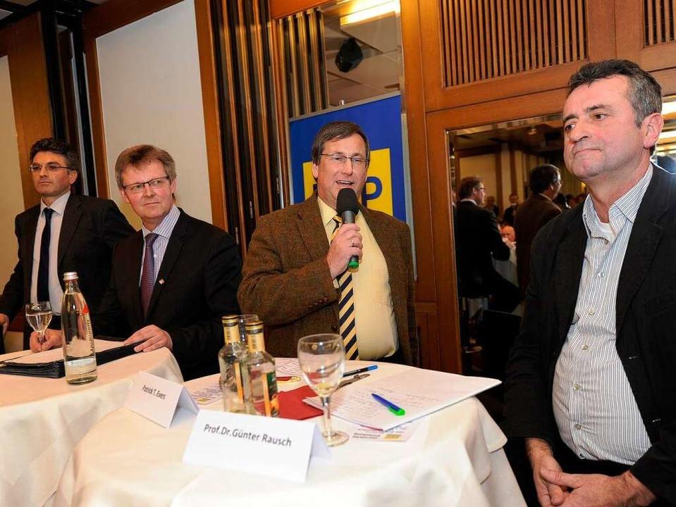 Gastgeber Patrick Evers (mit Mikrofon)...irchbach und Günter Rausch (von links)  | Foto: Rita Eggstein
