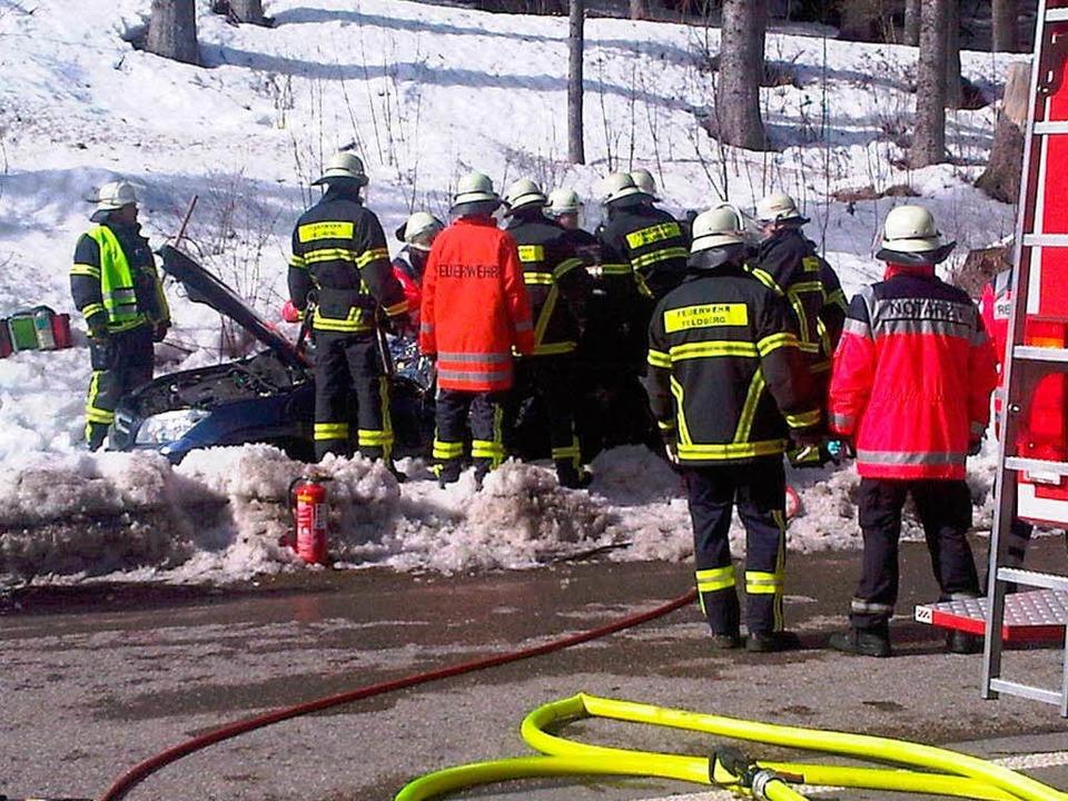 Die Rettungskräfte an der Unfallstelle    Foto: camera24tv
