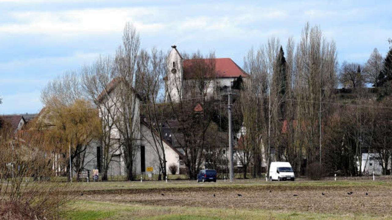Inzwischen ist der Bachlauf verlegt un...he St.-Nikolaus-Kirche wurde gebaut.    | Foto: Schneider