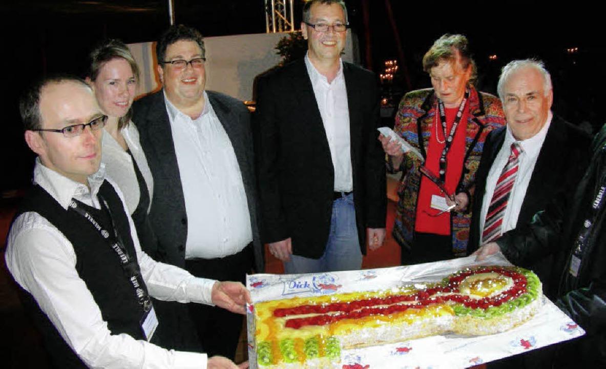 Zum Dessert gab es den  symbolischen F...eniorchefs Renate und Gerhard Merkle.   | Foto: schöneberg