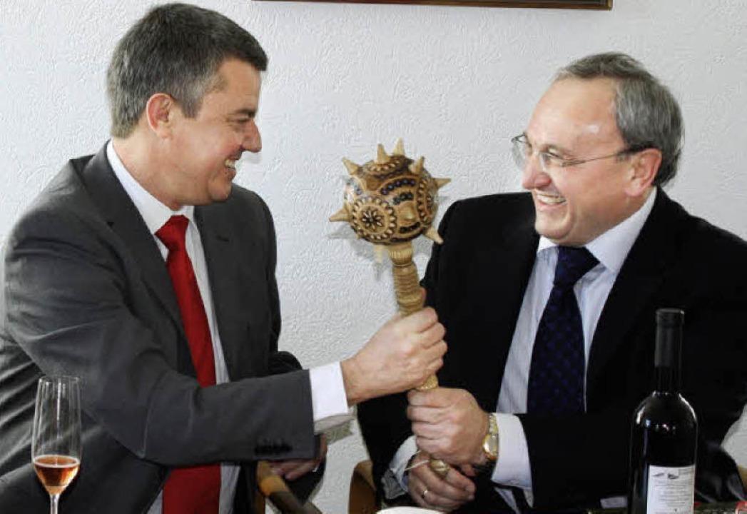 Schwingt Volker Kieber (links) bald di...akische Machtsymbol als Gastgeschenk.   | Foto: barbara schmidt
