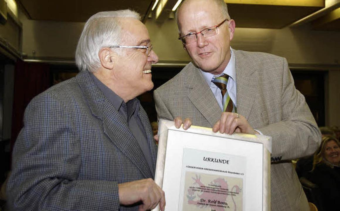 Der frühere Chefarzt der Inneren und G...berreicht die entsprechende Urkunde.    | Foto: staub