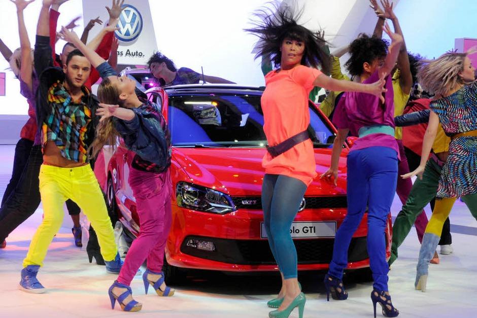 It's showtime: Bunt und schrill präsentieren die Tänzerinnen den neuen VW Polo GTI. (Foto: dpa)