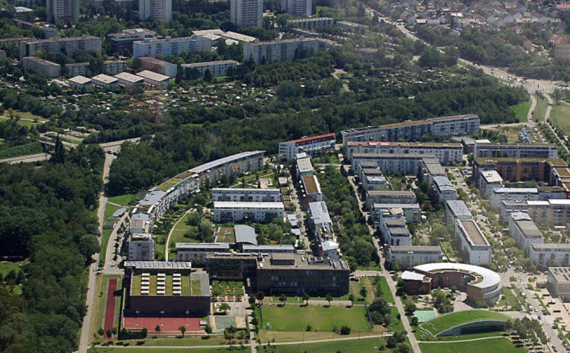 Das neue Rieselfelder Sportgelände wir...ren Bildrand).  Ganz oben: Weingarten.  | Foto: Pryzbilla