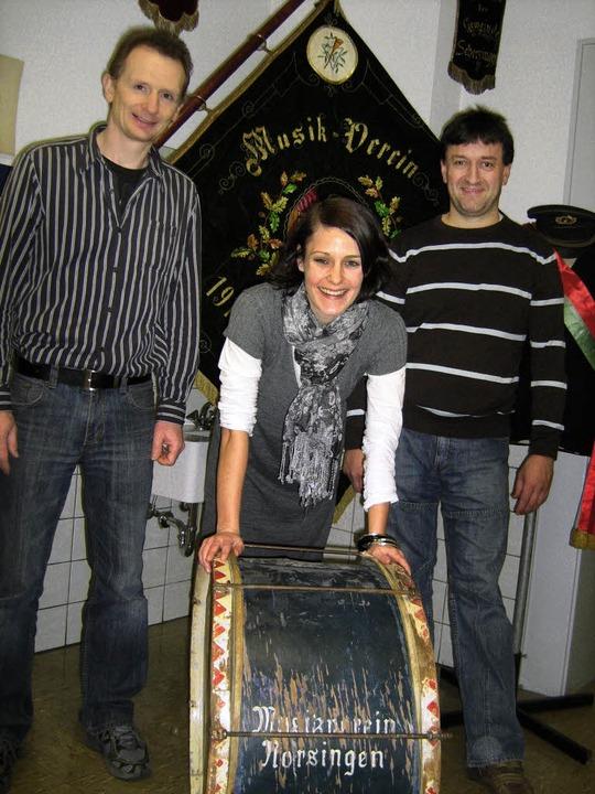 Vorsitzender Günter Andris (rechts) un...en Trommel des Musikvereins Norsingen.  | Foto: Anne Freyer