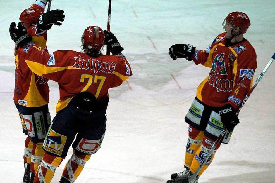 Freude in Rot-Gelb: Die Wölfe gewannen mit 2:0 – aber nur das Schlussdrittel. Unterm Strich hieß es 2:3. (Foto: Patrick Seeger)