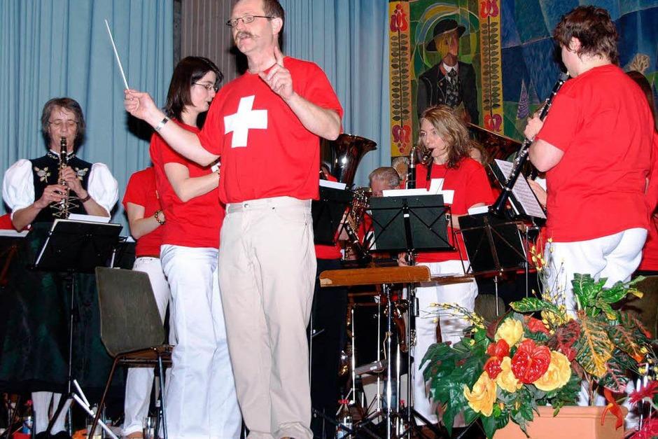 Auch optisch versetzten Thomas Villinger und seine Musiker ihr Publikum in der zweiten Konzerthälfte in die Schweiz (Foto: Karin Stöckl-Steinebrunner)