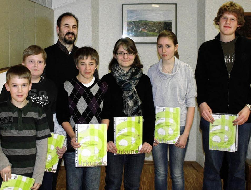 Die ausgezeichneten Jungmusiker aus Hü...oler und Vanessa Fröhlin (von links).   | Foto: Privat