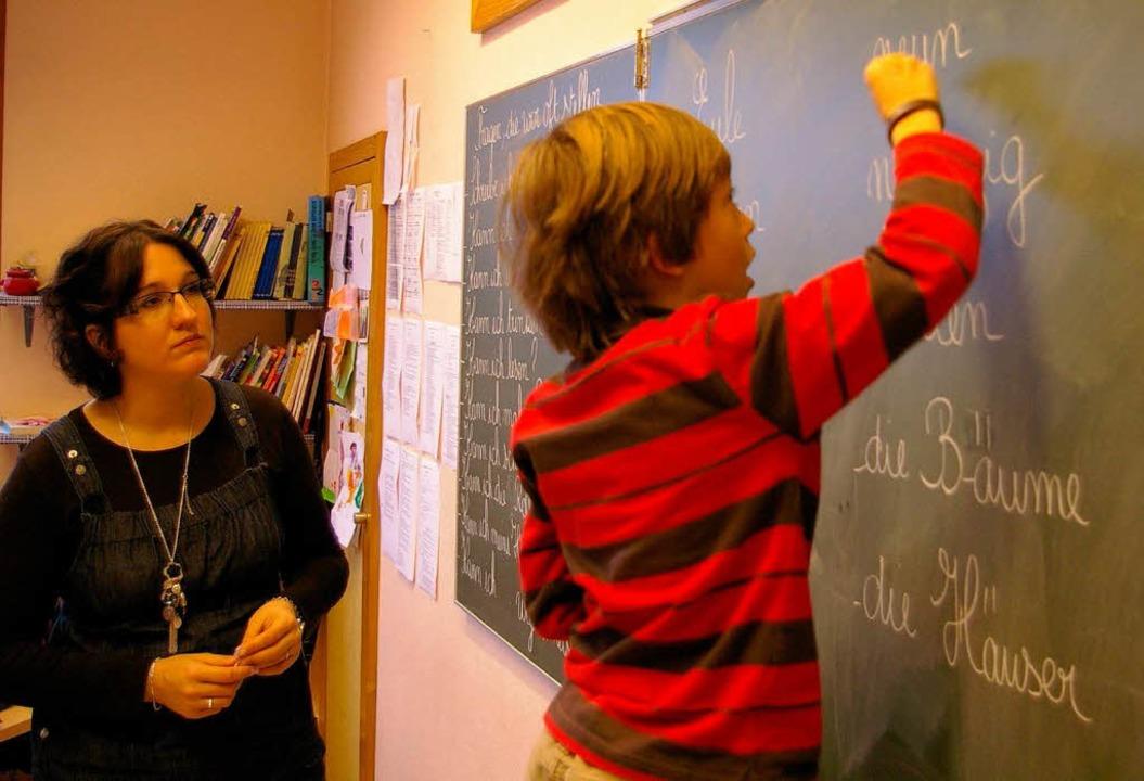 Die Lehrerin Mélanie Szymanski unterri...eine zweisprachige Klasse in Hüningen.  | Foto: bz