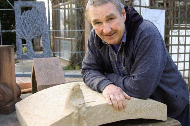 Ein Steinmetz öffnet sein Atelier