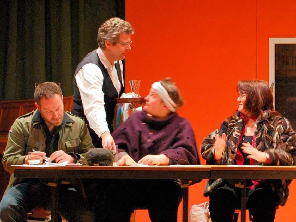 Auftritt des Kellners, gespielt von Lorenz Wehrle.  | Foto: Axel Dröber