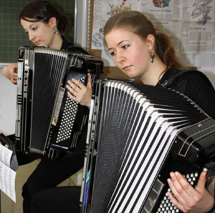Voll konzentriert: Akkordeonspielerinn... der Handharmonikavereine in Umkirch.   | Foto: barbara schmidt