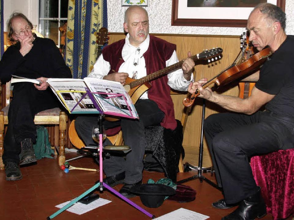 Lieder und Balladen, die vom Leben der...extbeiträgen von Martin Schley (links)  | Foto: Karin Stöckl-Steinebrunner