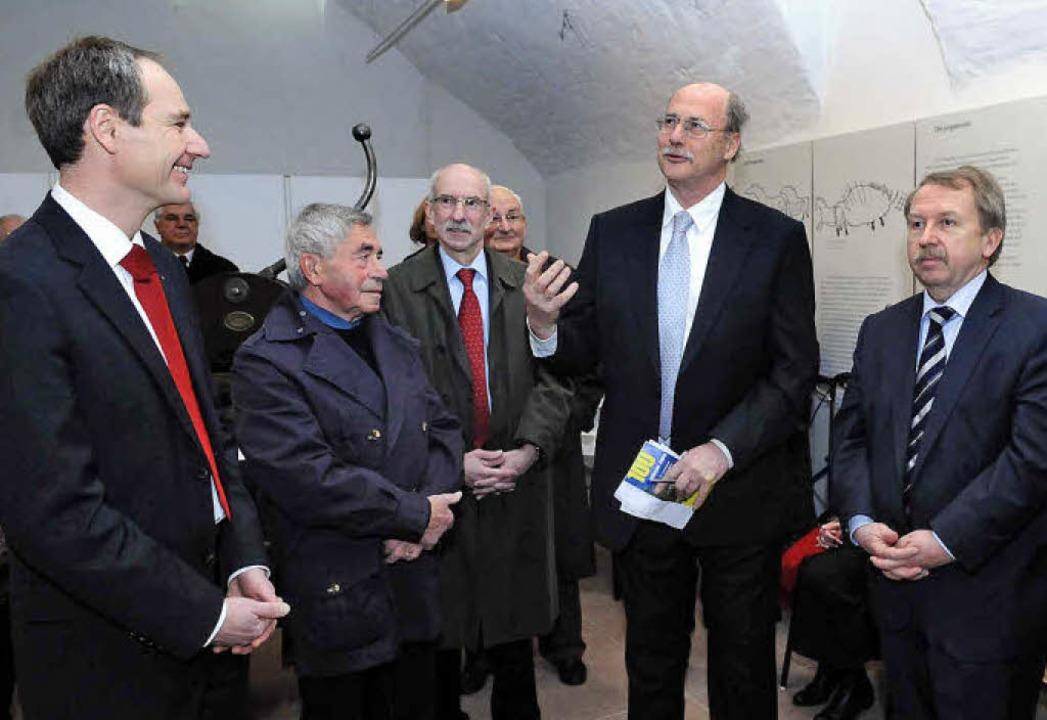 Gruppenbild mit  Vorsitzendem:  von Un...ngensteiner und Ex-Bürgermeister Heil   | Foto: künstle