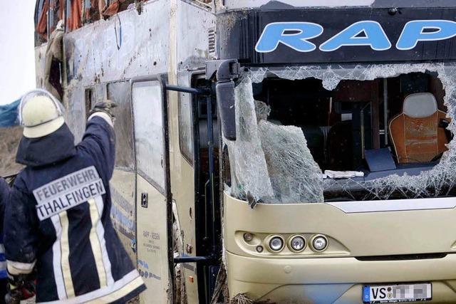 Bus-Unfall auf der A 8: Ermittlungen gegen den Fahrer