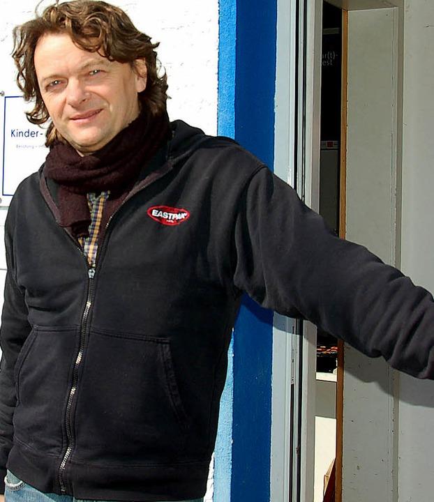 Wolfgang Gerbig vor dem Neuenburger Jugendbüro.     Foto: Drescher