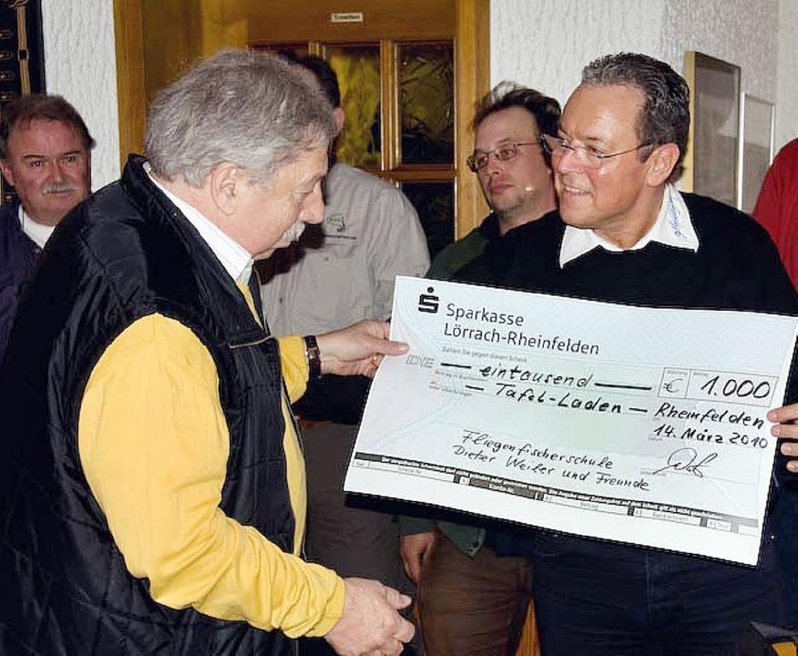 Helmut Moser, Vorsitzender des Tafella...k, den ihm Dieter Weiler überreichte.   | Foto: privat